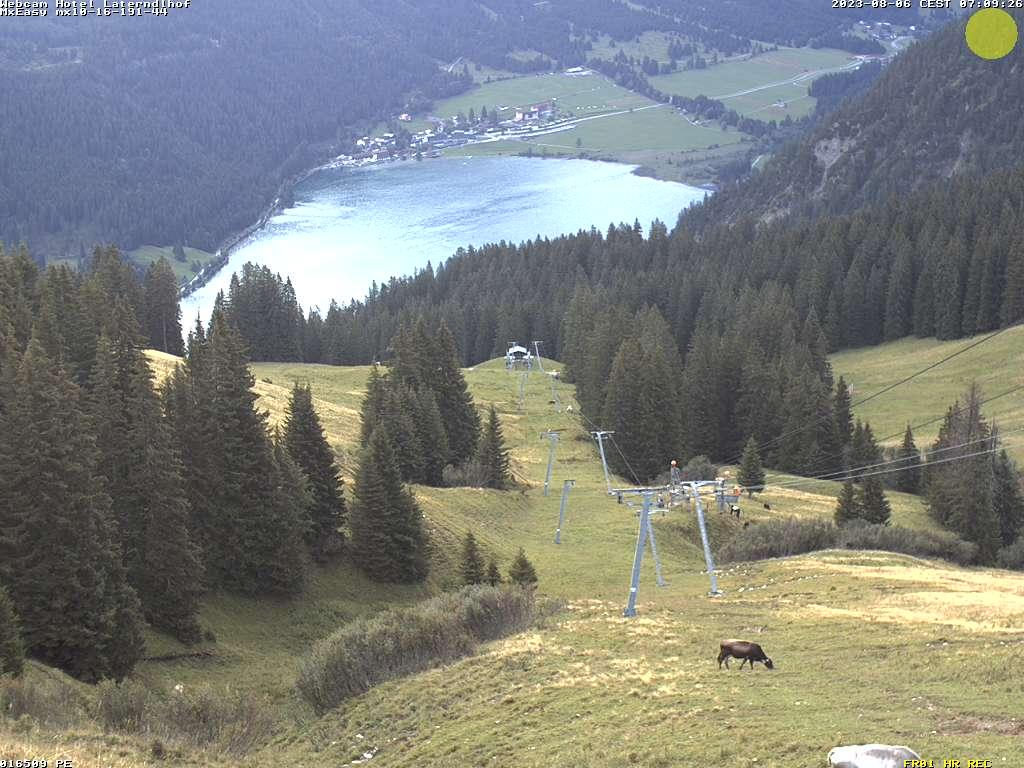 Diese Kamera befindet sich auf dem Neunerköpfle (Tannheim) und zeigt den Blick zum Haldensee mit dem Ort Haller. Rechts oben im Bild das Skigebiet um den Neuschwandlift.